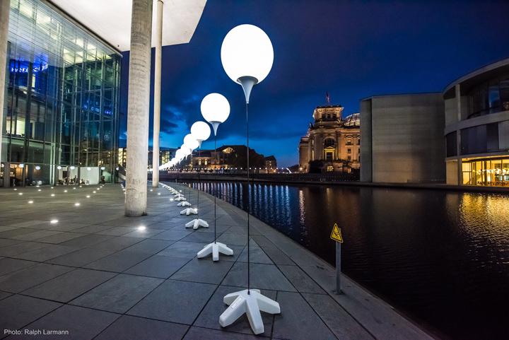 Осветительные установки около Бизнес-центра в Берлине