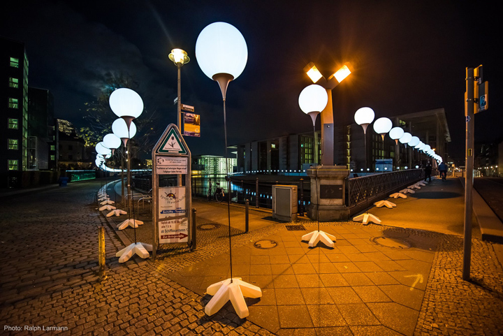 Осветительные установки по всей алеи в Берлине