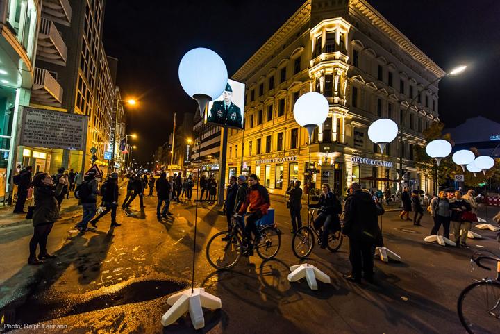 Осветительные установки способствуют дневному виду в центре города Берлин