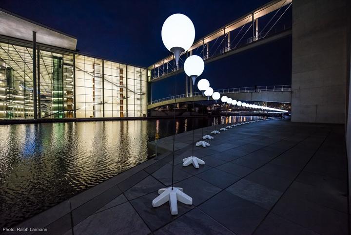 Осветительные установки на против большого торгового центра в Берлине