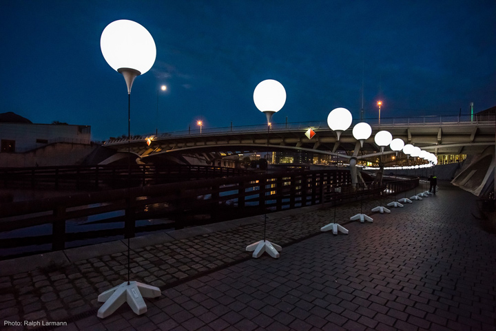Глубокой ночью осветительные установки способствуют прогулки людей