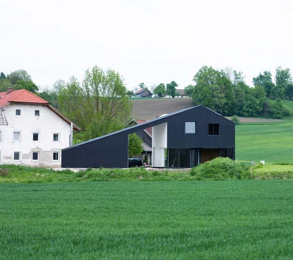 Стеклянная резиденция с интригующей архитектурой