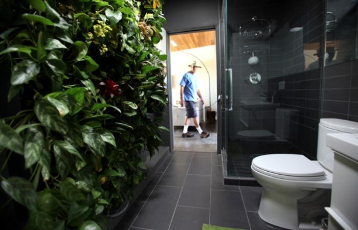 Чудесная стена с растений в ванной комнате от James Wong и David Cubero
