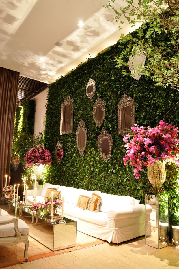 Зеркала на стене из растений