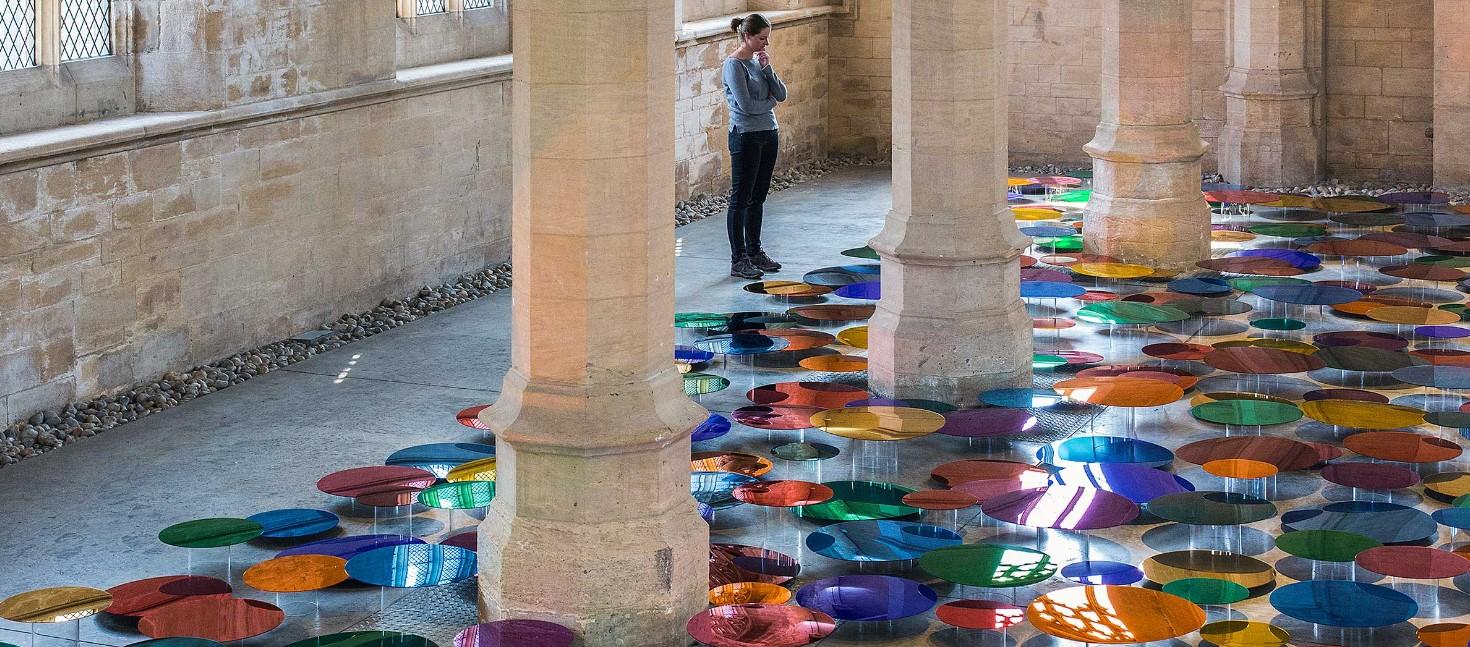 Лиз Уэст: преображение старинной церкви с помощью инсталляции из цветных зеркал