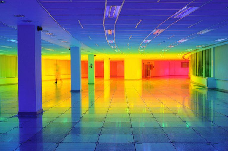 Лиз Уэст: радужный спектр в захватывающей инсталляции «Наш цвет»