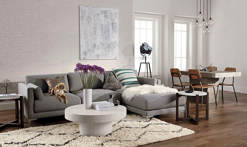 Серый секционный диван в современном эклектичном пространстве