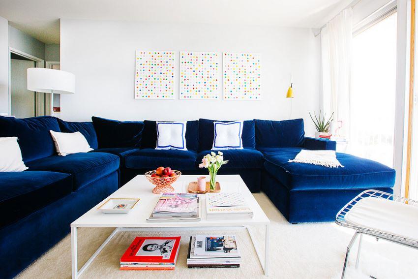 Квартира из Сан-Франциско с плюшевым голубым диваном-секционником