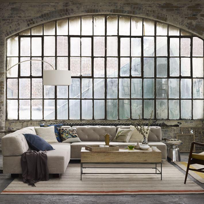 Стёганый секционный диван в пространстве складского стиля