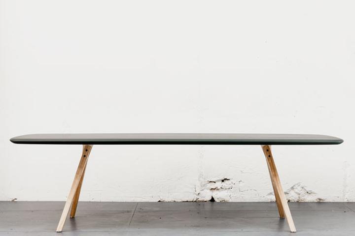 Оригинальный стол у стены