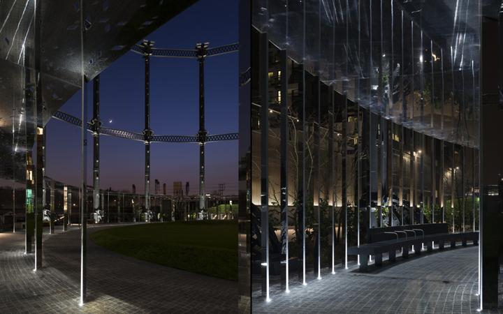 В выставке световых инсталляций источник лучей в куполе