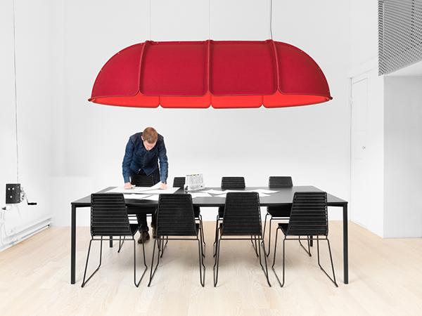 Объемная лампа красного цвета