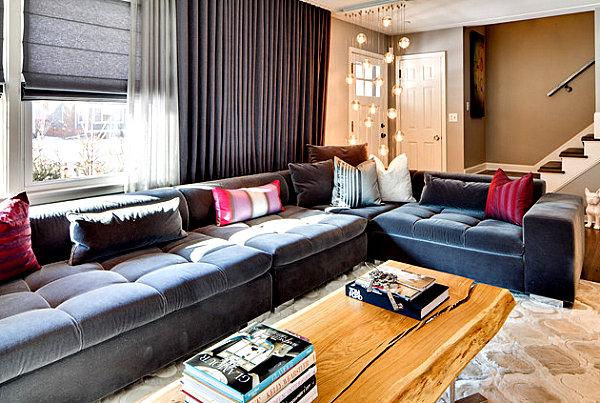Regal с оттенками синего и золотого в гостиной