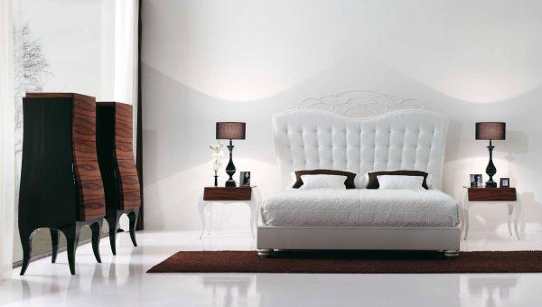 Спальня, наполненная резной мебелью