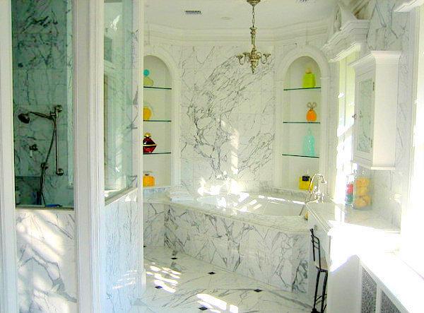 Мраморная ванная комната с дизайнерскими духами на каждой полке