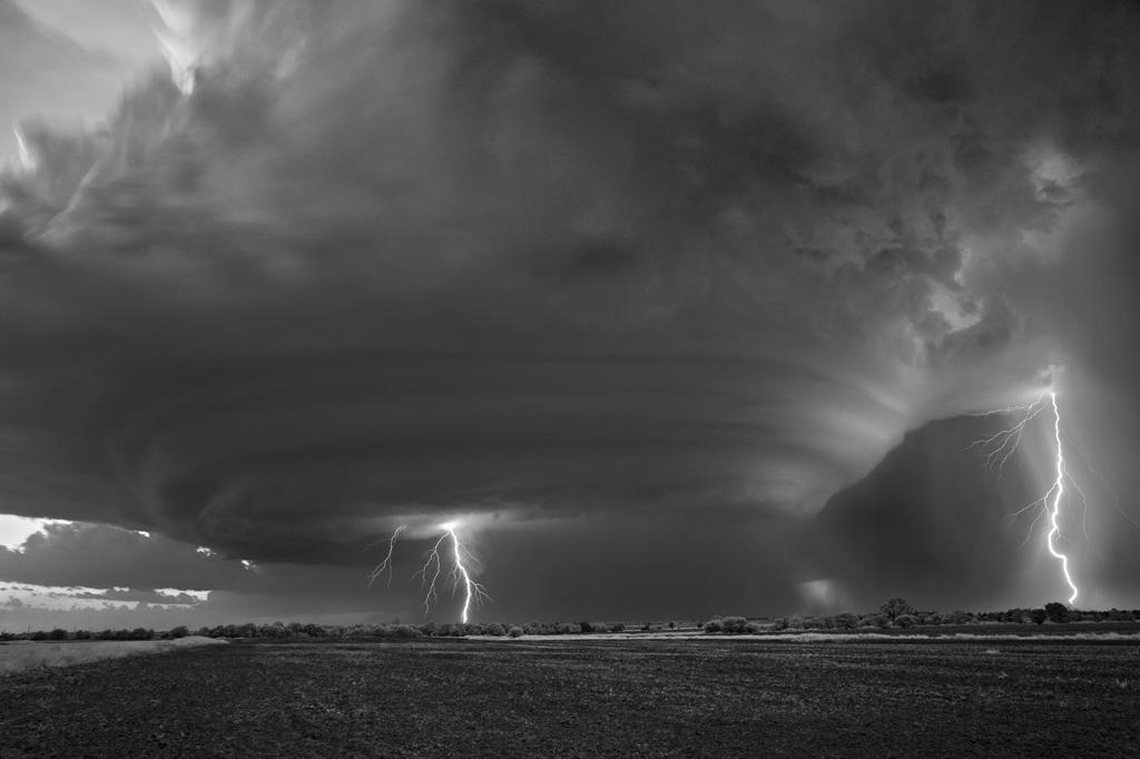 Апокалиптические чёрно-белые фотографии штормов от Митча Добраунера