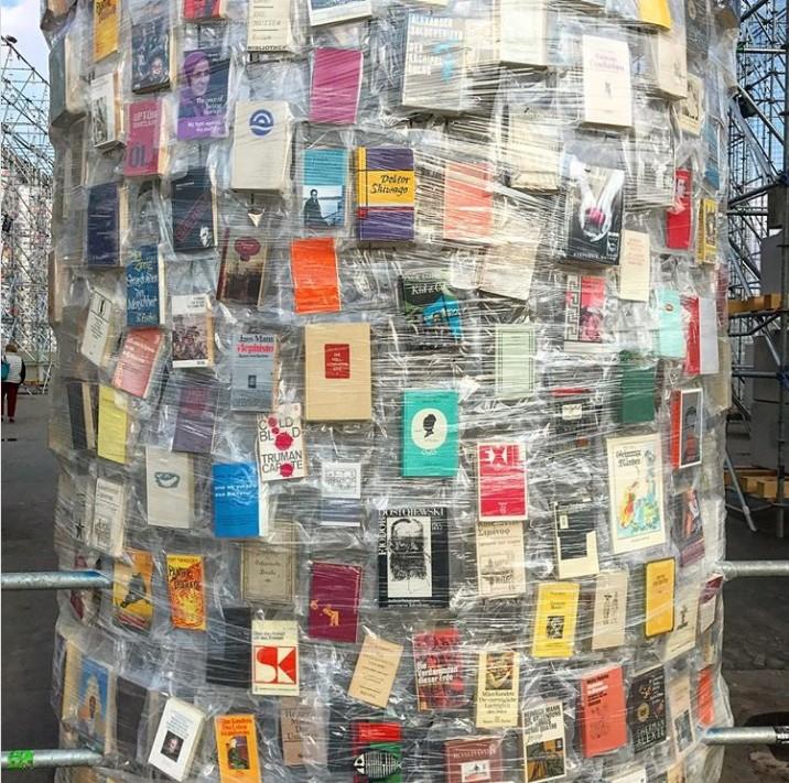 Марта Минухин: Парфенон в инсталляции из ста тысяч запрещённых книг