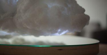 Создание погоды: левитирующий динамик в форме тучи в интерьере от от Crealev и Richard Clarkson Studio