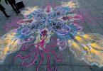 Покадровое видео: Джо Мангрум за работой над картиной из цветного песка