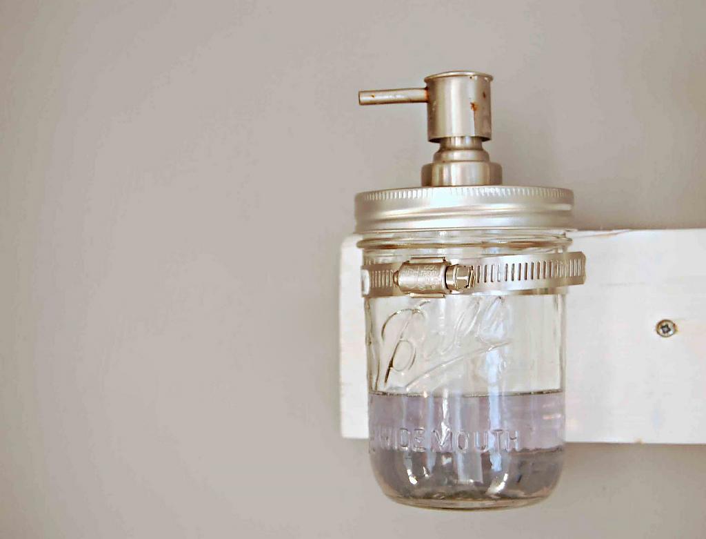 El uso de frascos de vidrio para decorar el jardín o el hogar.