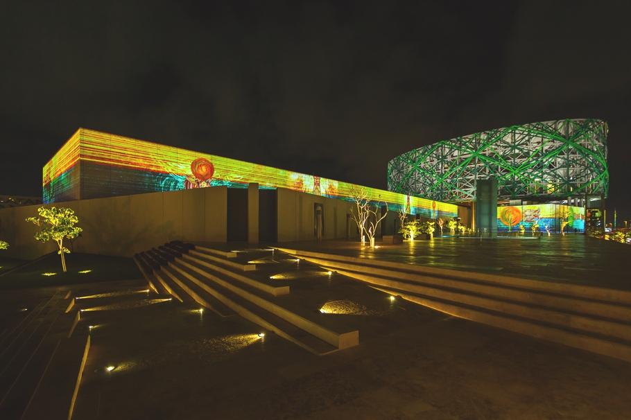 Красивое освещение Gran Museo del Mundo Maya в Мексике