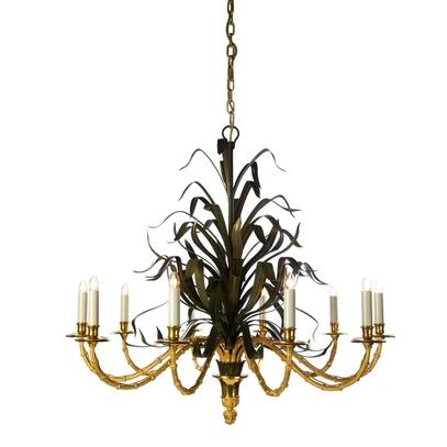Красивая люстра с имитированными лампочками-свечками