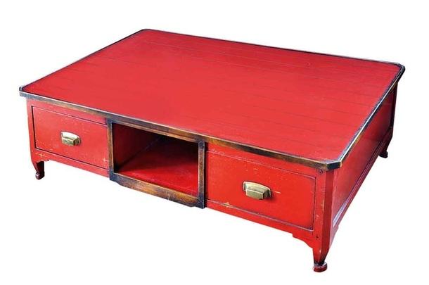 Стол из окрашенной в яркий красный оттенок древесины