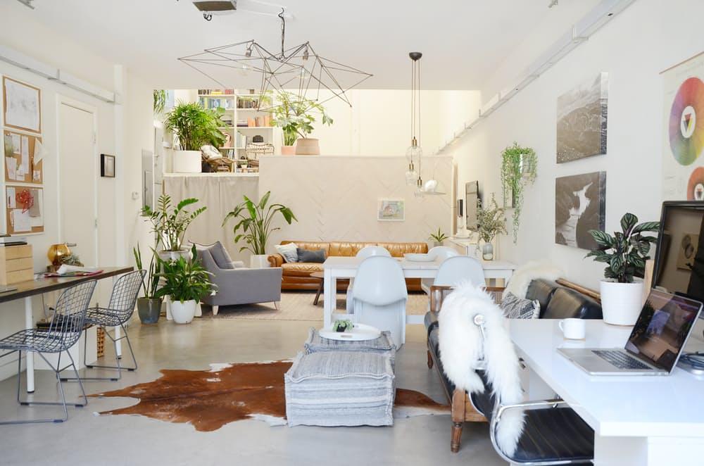 Мебель для мансарды: белые пластиковые стулья в гостиной