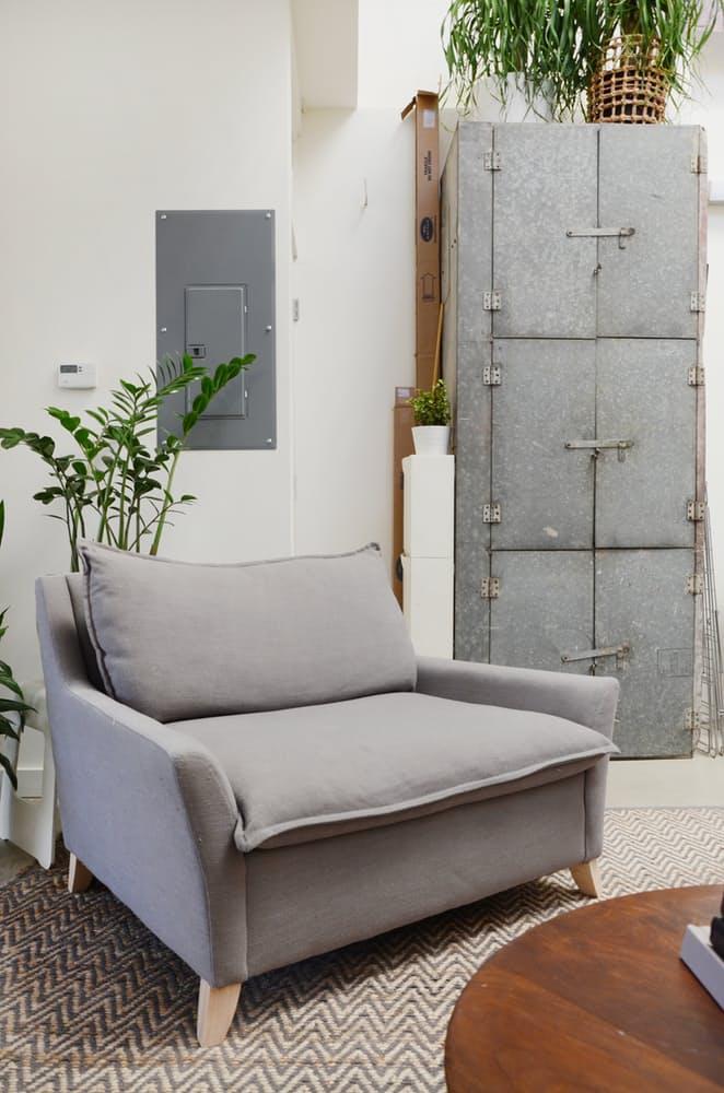 Мебель для мансарды: металлический шкаф