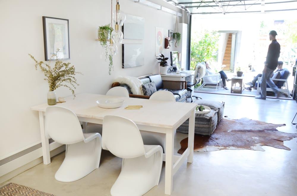 Мебель для мансарды: белый деревянный стол