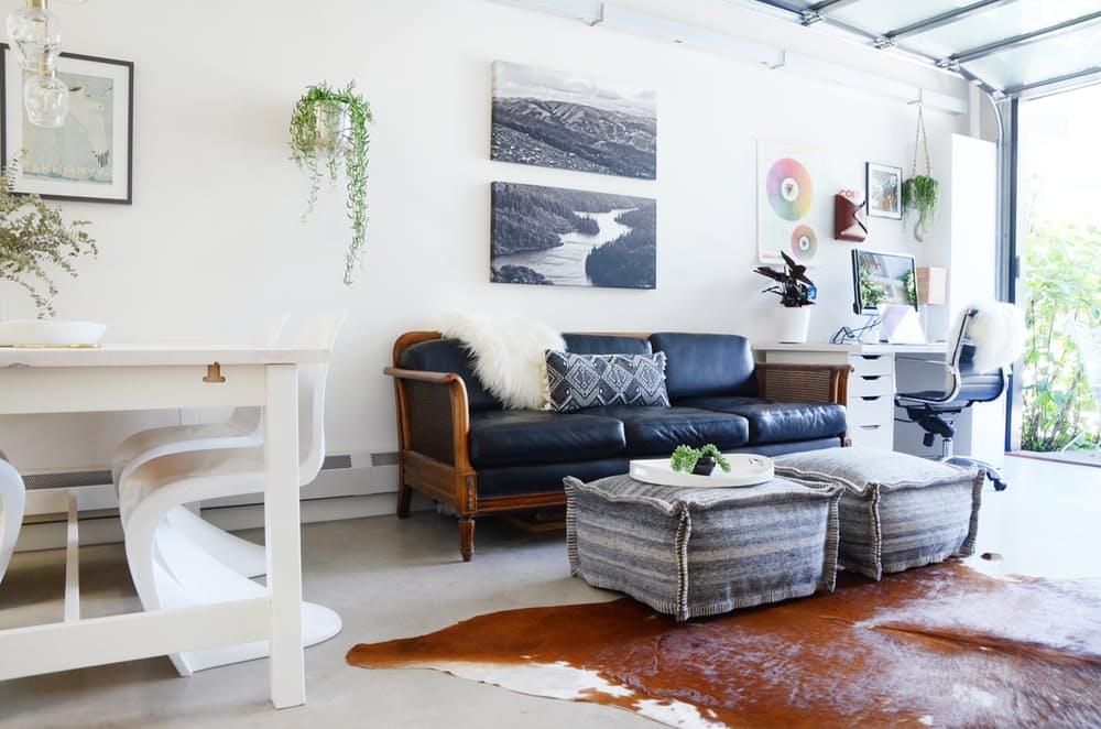 Мебель для мансарды: серые пуфики вместо столика