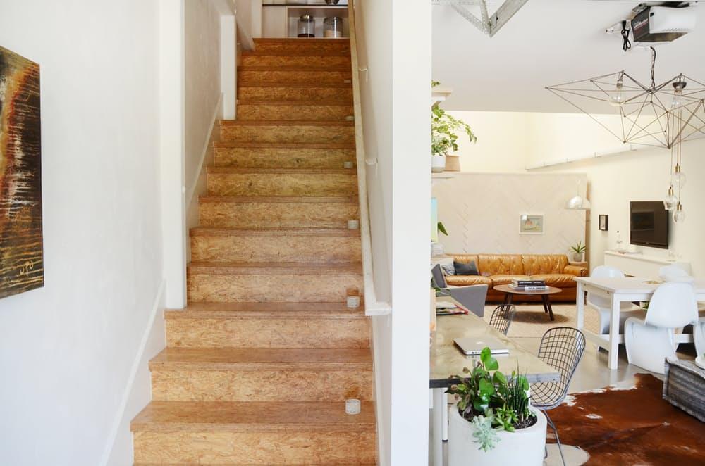 Мебель для мансарды: деревянная лестница