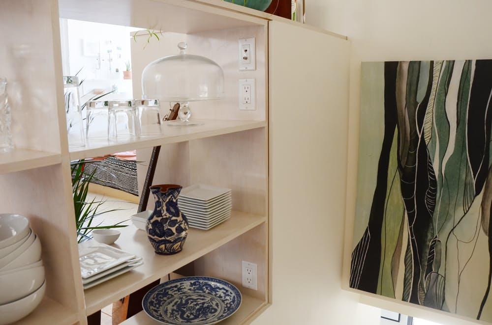 Мебель для мансарды: белые открытые полки