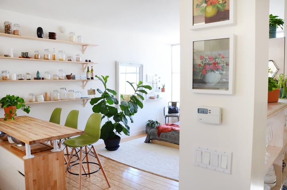 Мебель для мансарды: салатовые барные стулья