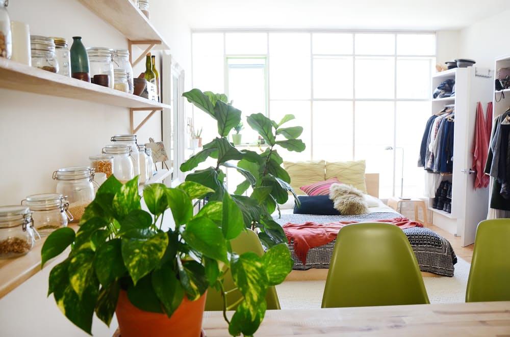 Мебель для мансарды: открытые настенные полки