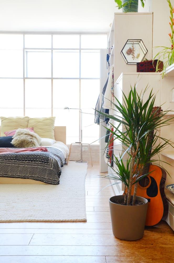 Мебель для мансарды: белый шкаф