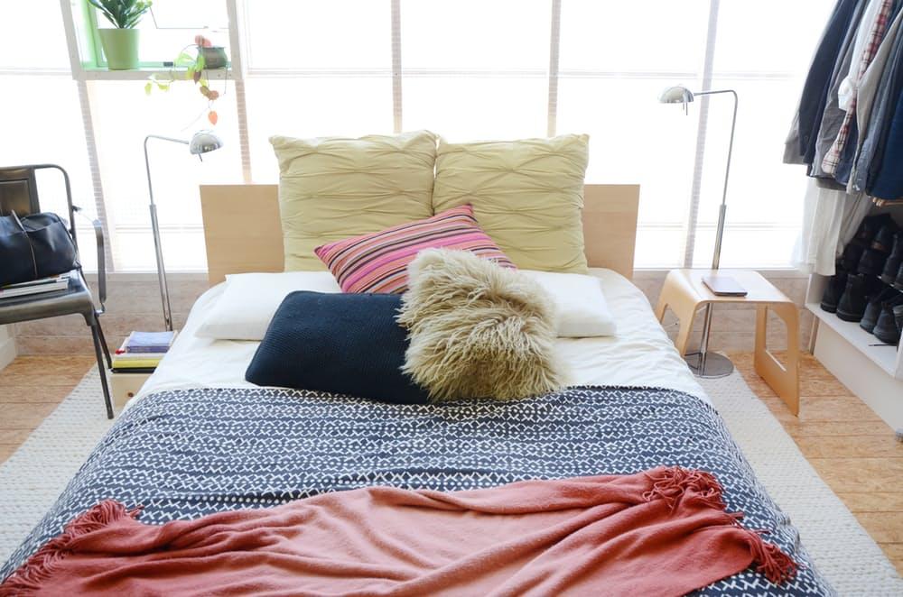 Двуспальная кровать с яркими подушками