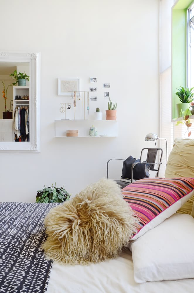 Мебель для мансарды: небольшие настенные полки в спальне