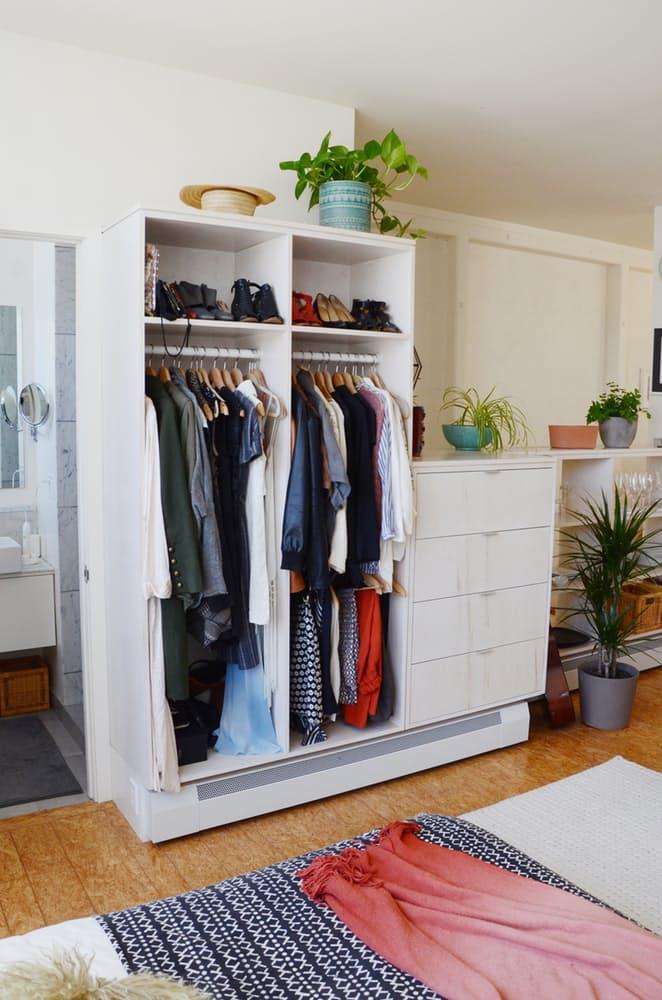Многофункциональный белый шкаф