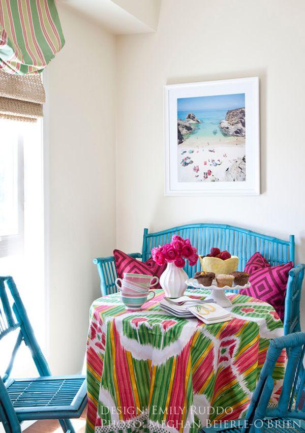 Красочная мебель в интерьере обеденной зоны