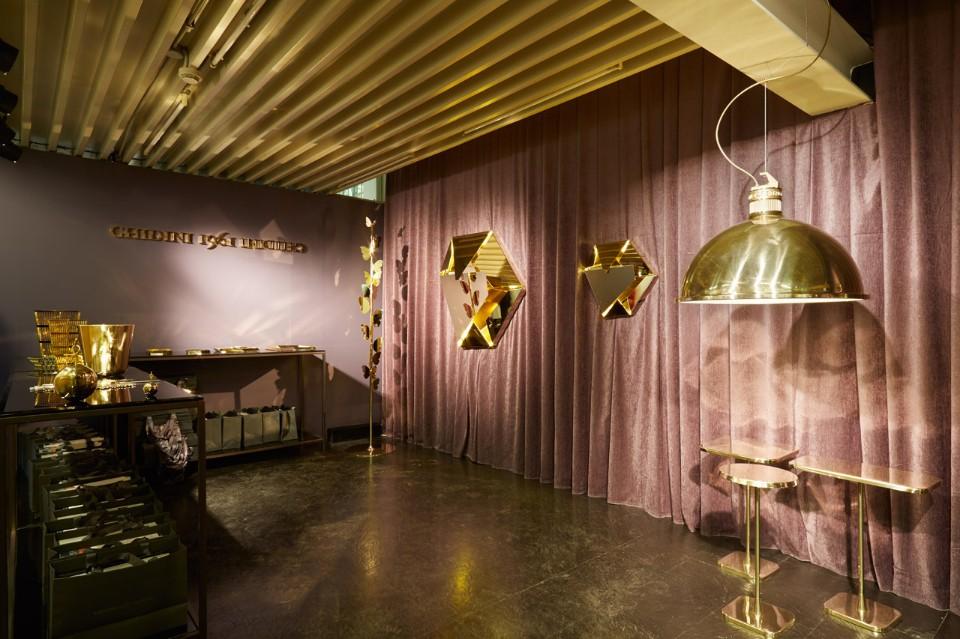 Мебель из латуни в интерьере выставки
