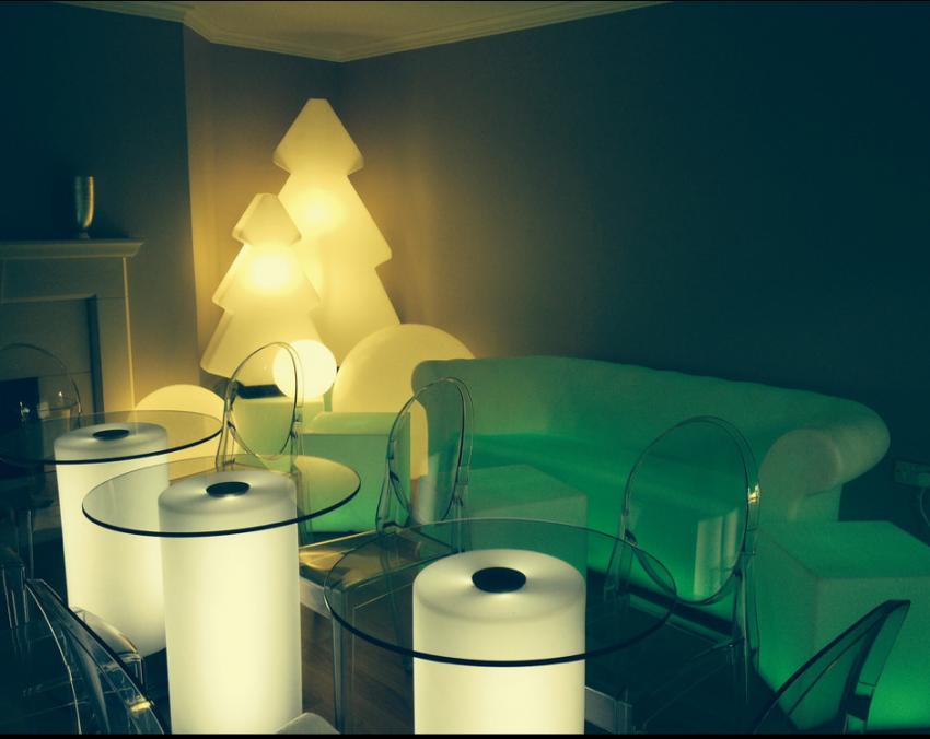 Красивый предмет мебели с неоновой подсветкой