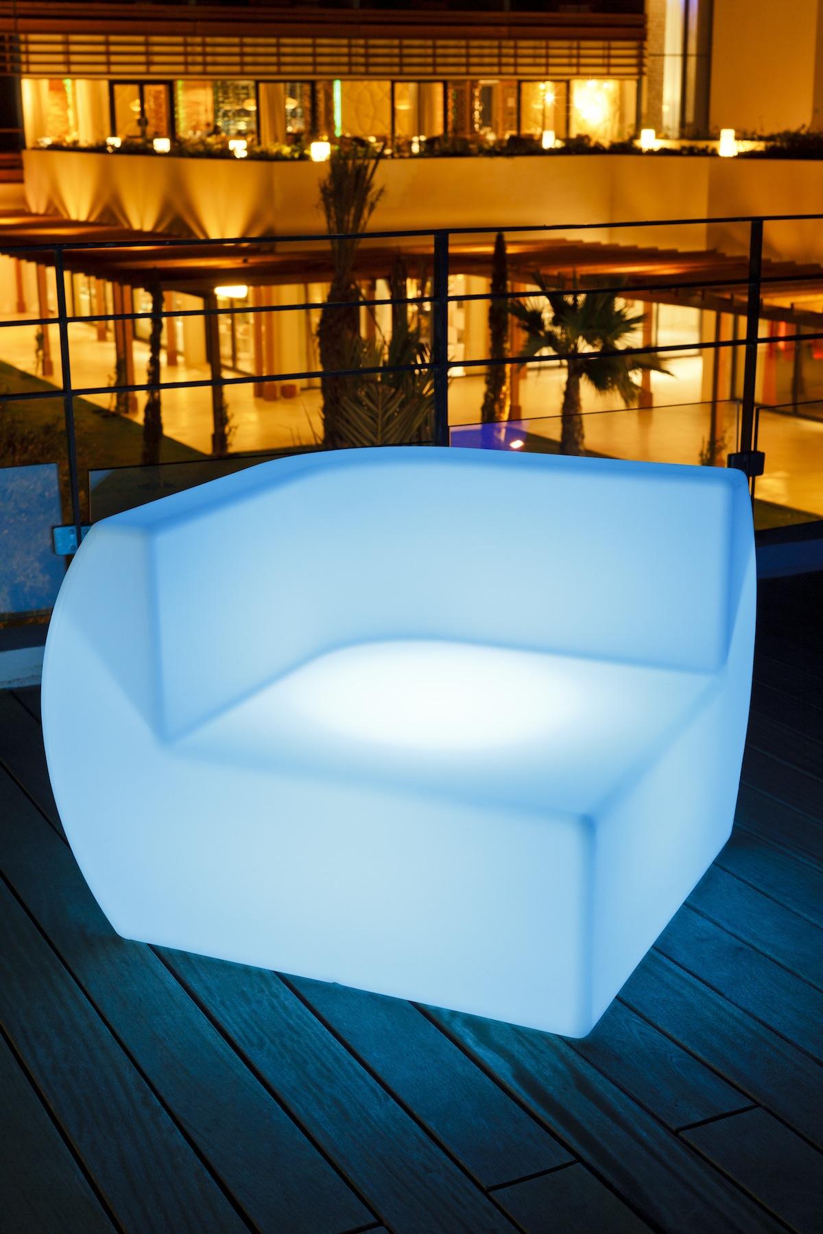 Чудный предмет мебели с неоновой подсветкой