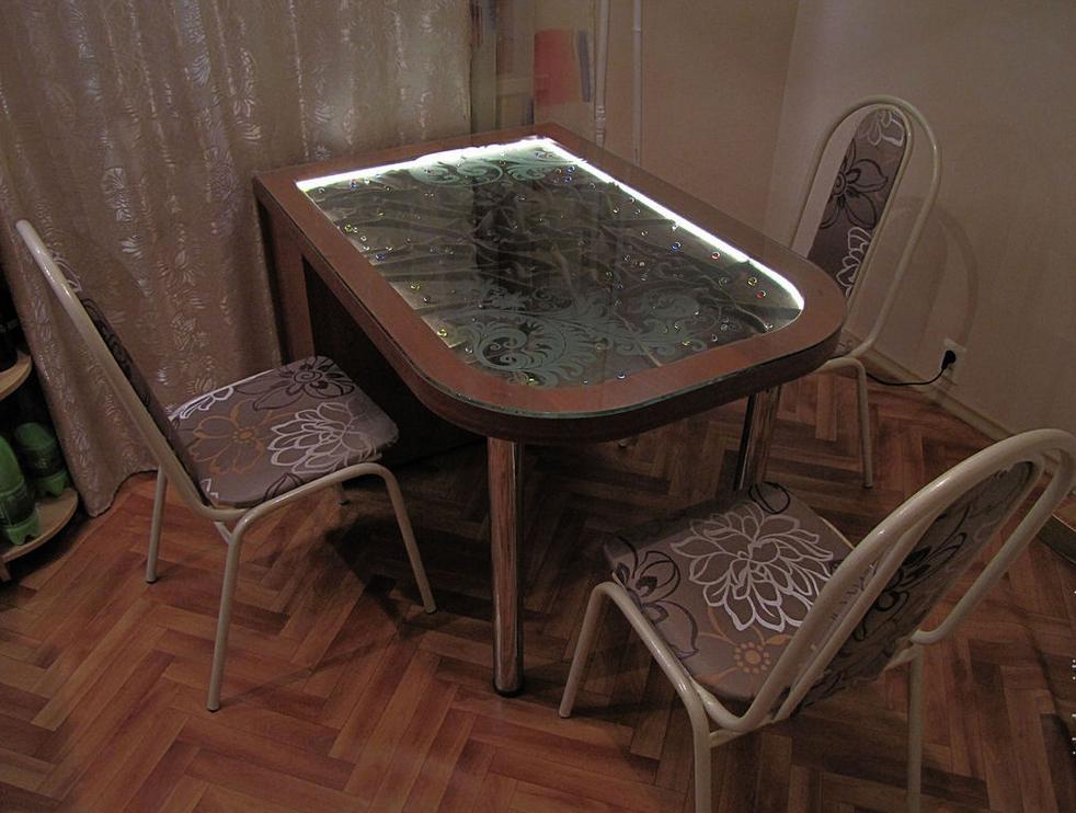 Превосходный предмет мебели с неоновой подсветкой
