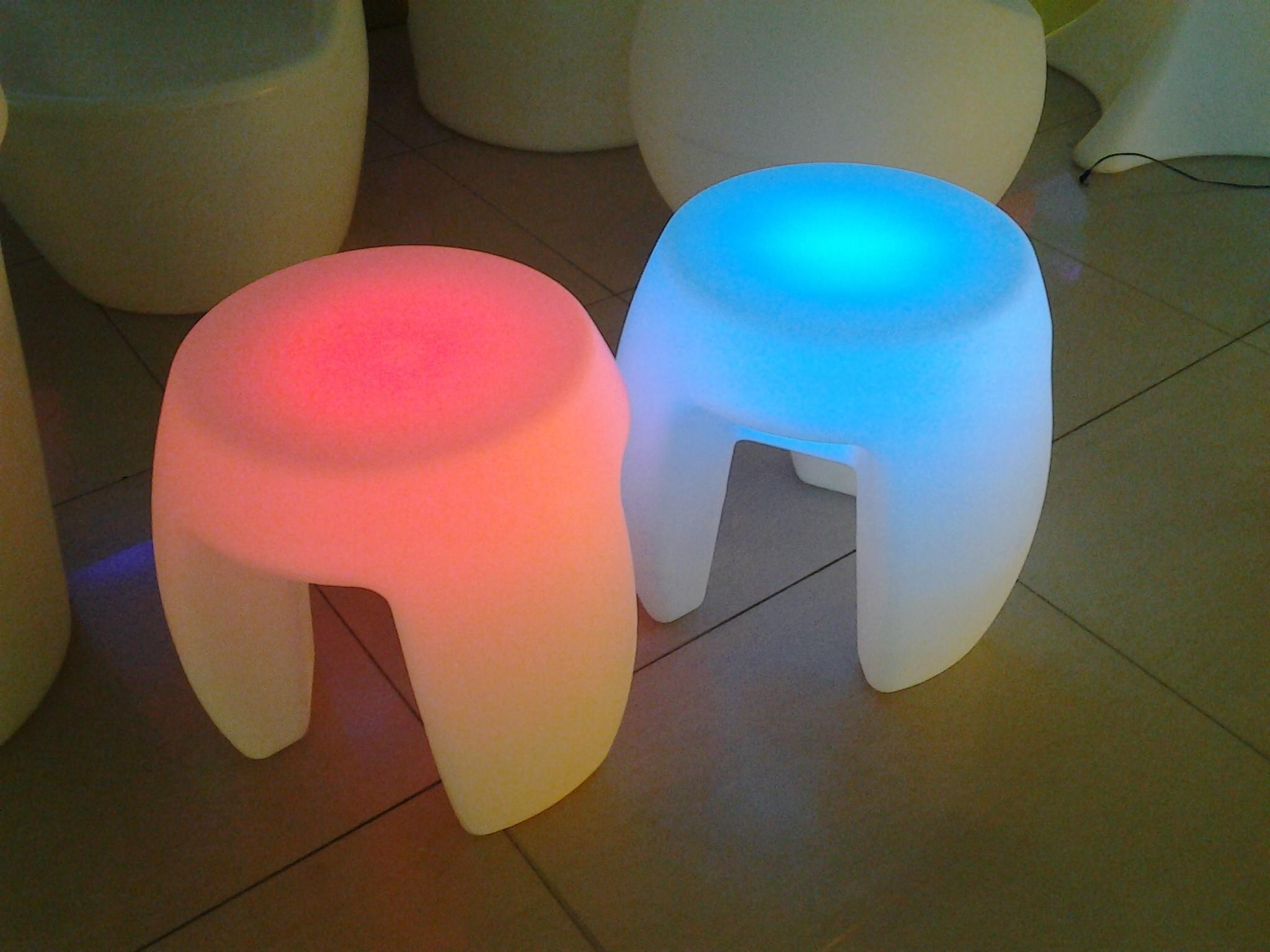 Шикарный предмет мебели с неоновой подсветкой