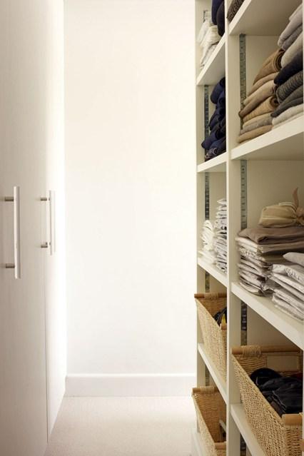 Открытый шкаф белого цвета