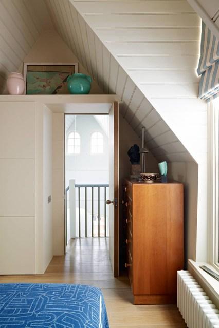 Деревянный шкаф в спальне