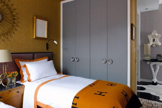 Серый шкаф в спальне