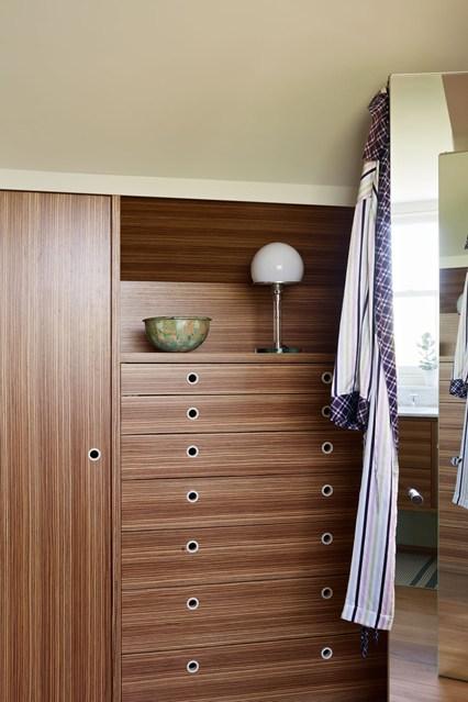 Коричневый шкаф и комод в спальне