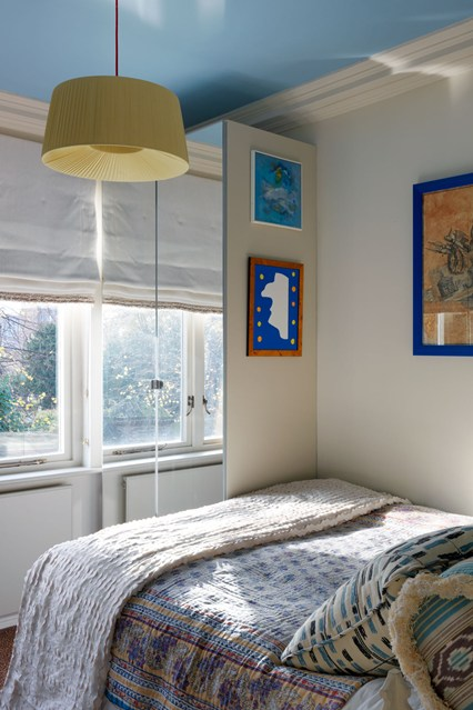 Шкаф с зеркальными дверьми в спальне